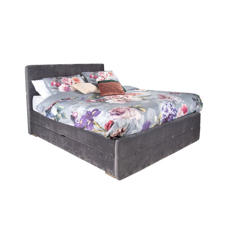 namješten sivi krevet slikan s desne strane