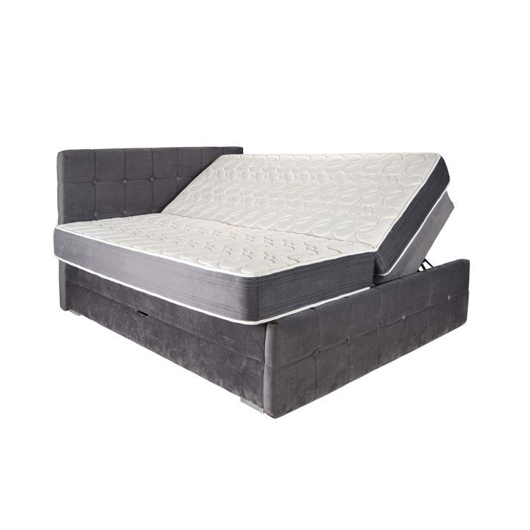 sivi krevet s podignutim madracima slikan s desne strane