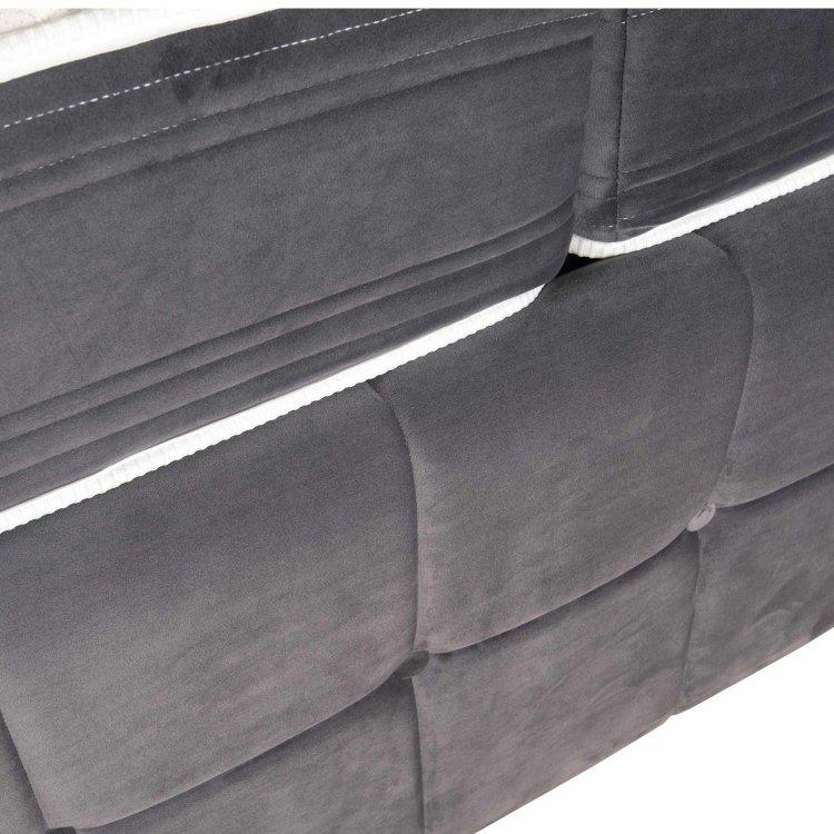 tamno sivi krevet s detaljem uzglavlja