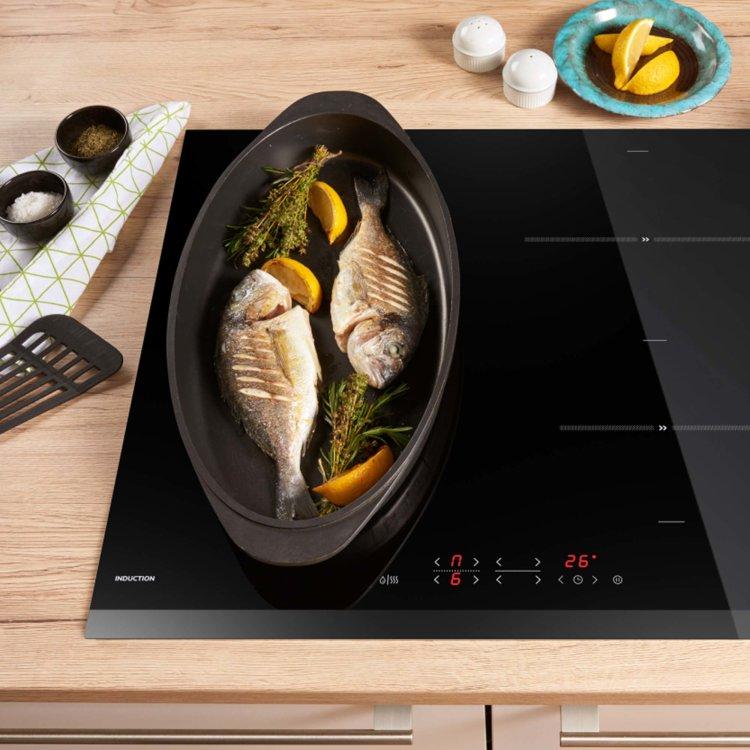 indukcijska ploča slikana u ambijentu s jelom od ribe