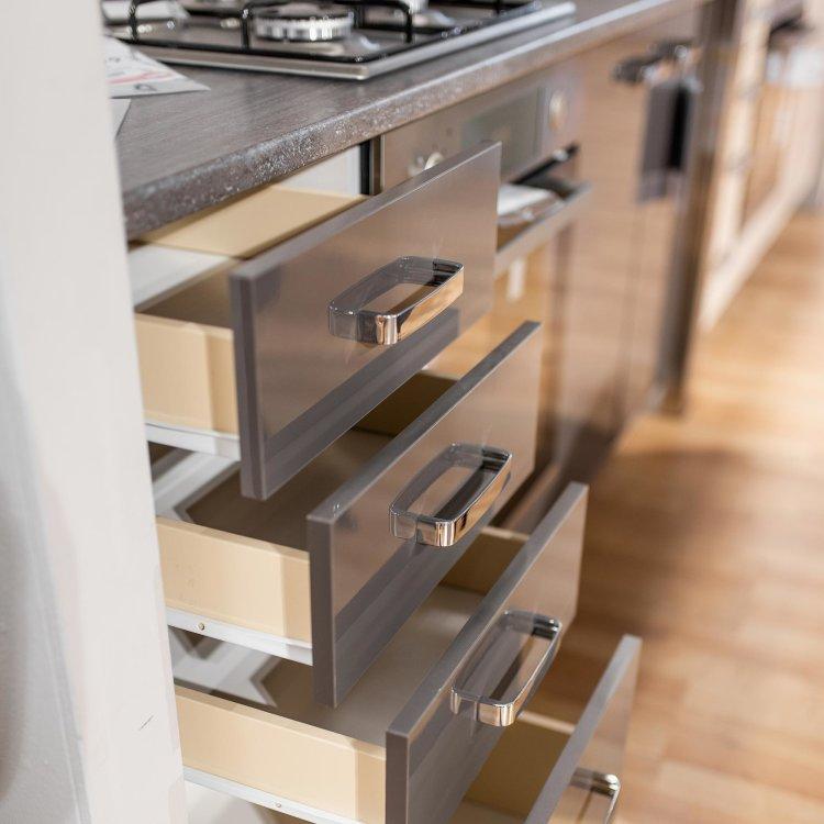 modularna kuhinja Grey detalj s otvorenim ladicama