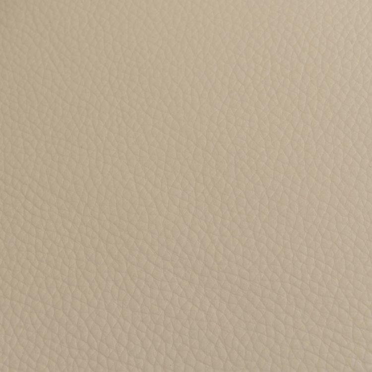 kožna fotelja pješčane boje s detaljem materijala