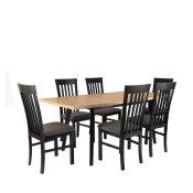 stol oslo u boji svijetlog drveta s crnim nogama i stolicama