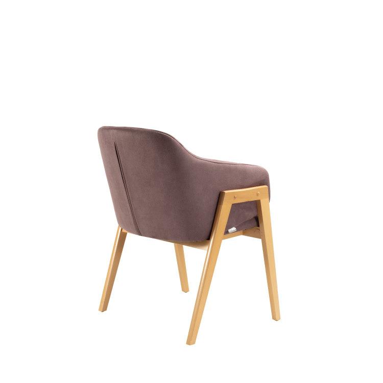 ljubičasta stolica adele slikana sa zadnje strane