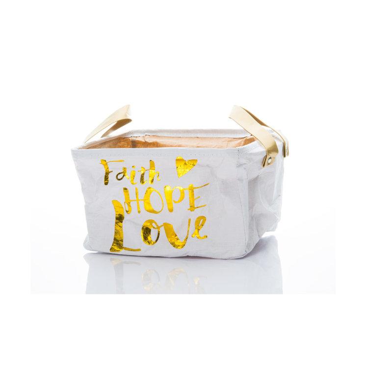 bijela košara Love sa zlatnim natipsom slikana na bijeloj pozadini