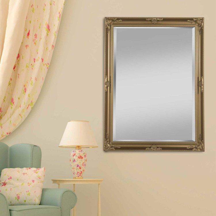 ogledalo zlatno slikano s prednje strane u ambijentu