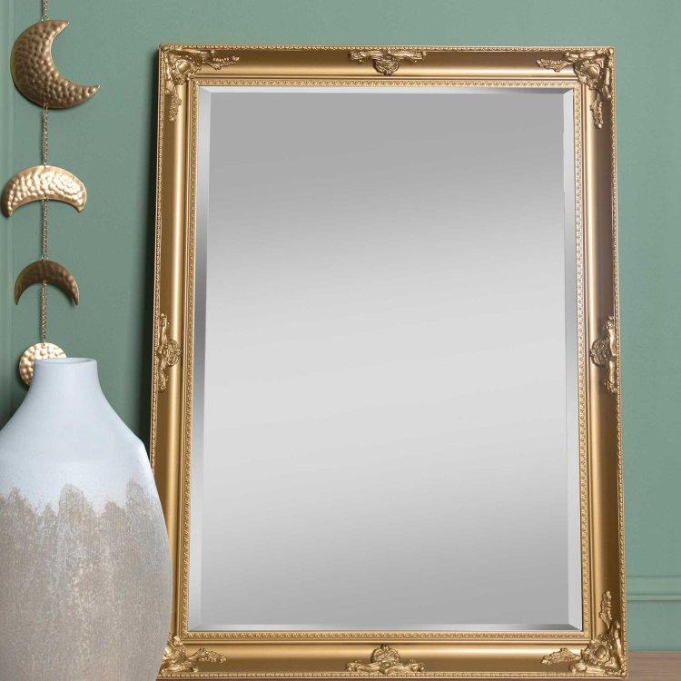 ogledalo zlatno krupni plan u ambijentu