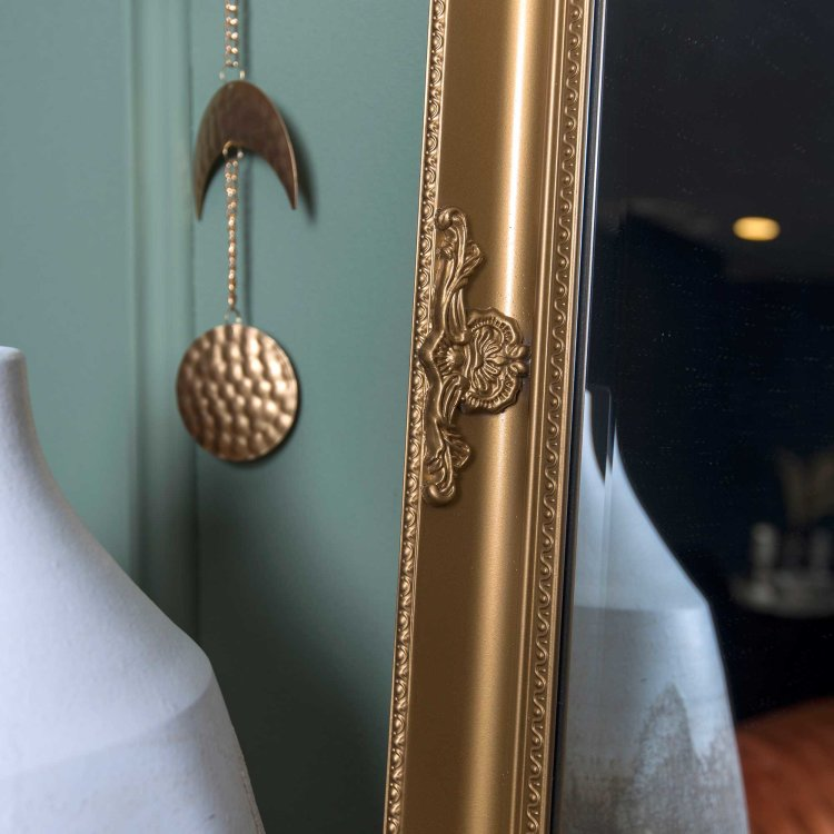 ogledalo zlatno detalj ruba u ambijentu